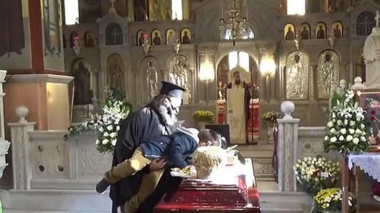 Dziecko pocałowało trumnę biskupa zmarłego na COVID-19. Zachęcał je do tego ksiądz