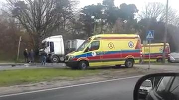 Ciężarówka uderzyła w citroena, citroen w sygnalizację, a ta upadła na pieszych