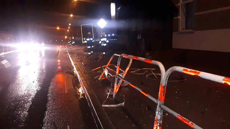 Pijany kierowca ciągnika staranował barierki ochronne dla pieszych